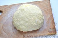 Фото приготовления рецепта: Дрожжевые булочки на кефире, со сливами - шаг №7