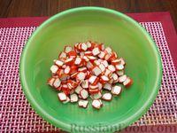 Фото приготовления рецепта: Салат со свёклой, крабовыми палочками и сыром - шаг №4
