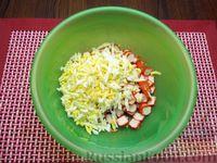 Фото приготовления рецепта: Салат со свёклой, крабовыми палочками и сыром - шаг №5