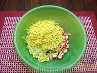 Фото приготовления рецепта: Салат со свёклой, крабовыми палочками и сыром - шаг №6