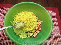 Фото приготовления рецепта: Салат со свёклой, крабовыми палочками и сыром - шаг №7