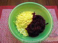Фото приготовления рецепта: Салат со свёклой, крабовыми палочками и сыром - шаг №8