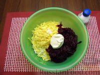 Фото приготовления рецепта: Салат со свёклой, крабовыми палочками и сыром - шаг №9