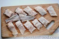 Фото приготовления рецепта: Минтай, тушенный в сметанно-майонезном соусе - шаг №3