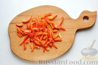 Фото приготовления рецепта: Куриная грудка, тушенная с болгарским перцем в сметанно-чесночном соусе - шаг №4