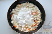 Фото приготовления рецепта: Куриная грудка, тушенная с болгарским перцем в сметанно-чесночном соусе - шаг №8