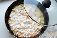 Фото приготовления рецепта: Куриная грудка, тушенная с болгарским перцем в сметанно-чесночном соусе - шаг №9