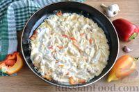 Фото приготовления рецепта: Куриная грудка, тушенная с болгарским перцем в сметанно-чесночном соусе - шаг №10