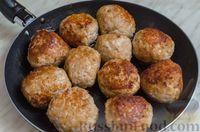Фото приготовления рецепта: Свиные тефтели, тушенные в миндальном соусе с белым вином - шаг №6