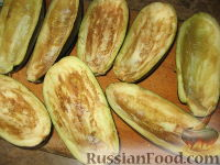 Фото приготовления рецепта: Баклажанные лодочки с овощами и фаршем - шаг №2