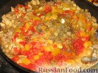 Фото приготовления рецепта: Баклажанные лодочки с овощами и фаршем - шаг №7