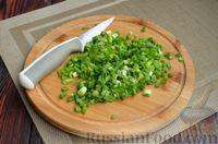 Фото приготовления рецепта: Дрожжевые лепёшки на молоке, с картофелем и зелёным луком - шаг №9