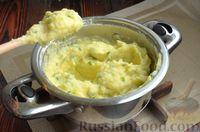 Фото приготовления рецепта: Дрожжевые лепёшки на молоке, с картофелем и зелёным луком - шаг №13