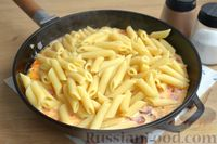 Фото приготовления рецепта: Макароны с копчёными колбасками в томатно-сливочном соусе - шаг №11
