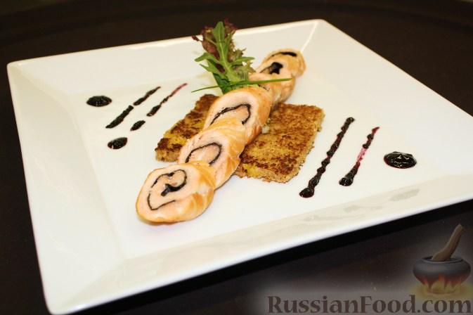 Рецепт Рулет из лосося на подставке из блинчика с апельсинами, с соусом из черники и имбиря
