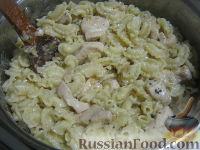 Фото приготовления рецепта: Паста c куриной грудкой под сливочным соусом - шаг №9