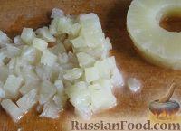 Фото приготовления рецепта: Салат крабовый с ананасами - шаг №3