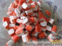 Фото приготовления рецепта: Салат крабовый с ананасами - шаг №4