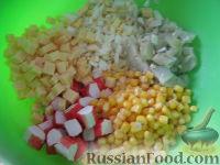 Фото приготовления рецепта: Салат крабовый с ананасами - шаг №7