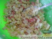 Фото приготовления рецепта: Салат крабовый с ананасами - шаг №8