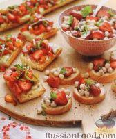 Фото к рецепту: Салат капрезе с клубникой