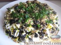 """Фото приготовления рецепта: Салат из курицы с черносливом """"Дамский каприз"""" - шаг №11"""