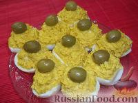 Фото к рецепту: Яйца, фаршированные икрой минтая и плавленым сыром