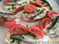 Фото к рецепту: Бутерброды со шпротами и помидором